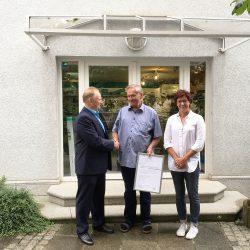 Der Jubilar Bernd Neisser mit Geschäftsführerin Petra Heister und dem Obermeister der Innung Klempner-, Sanitär- und Heizungstechnik Frank Brückner